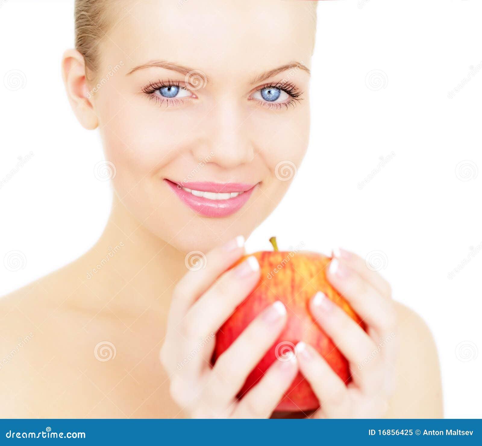 Menina que prende uma maçã vermelha