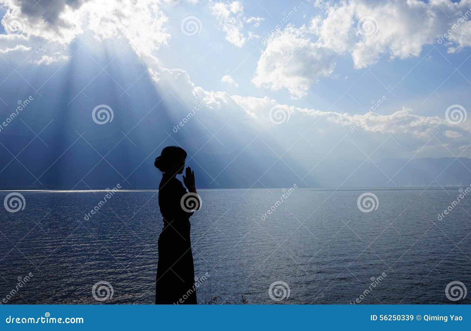 Menina que reza ao deus