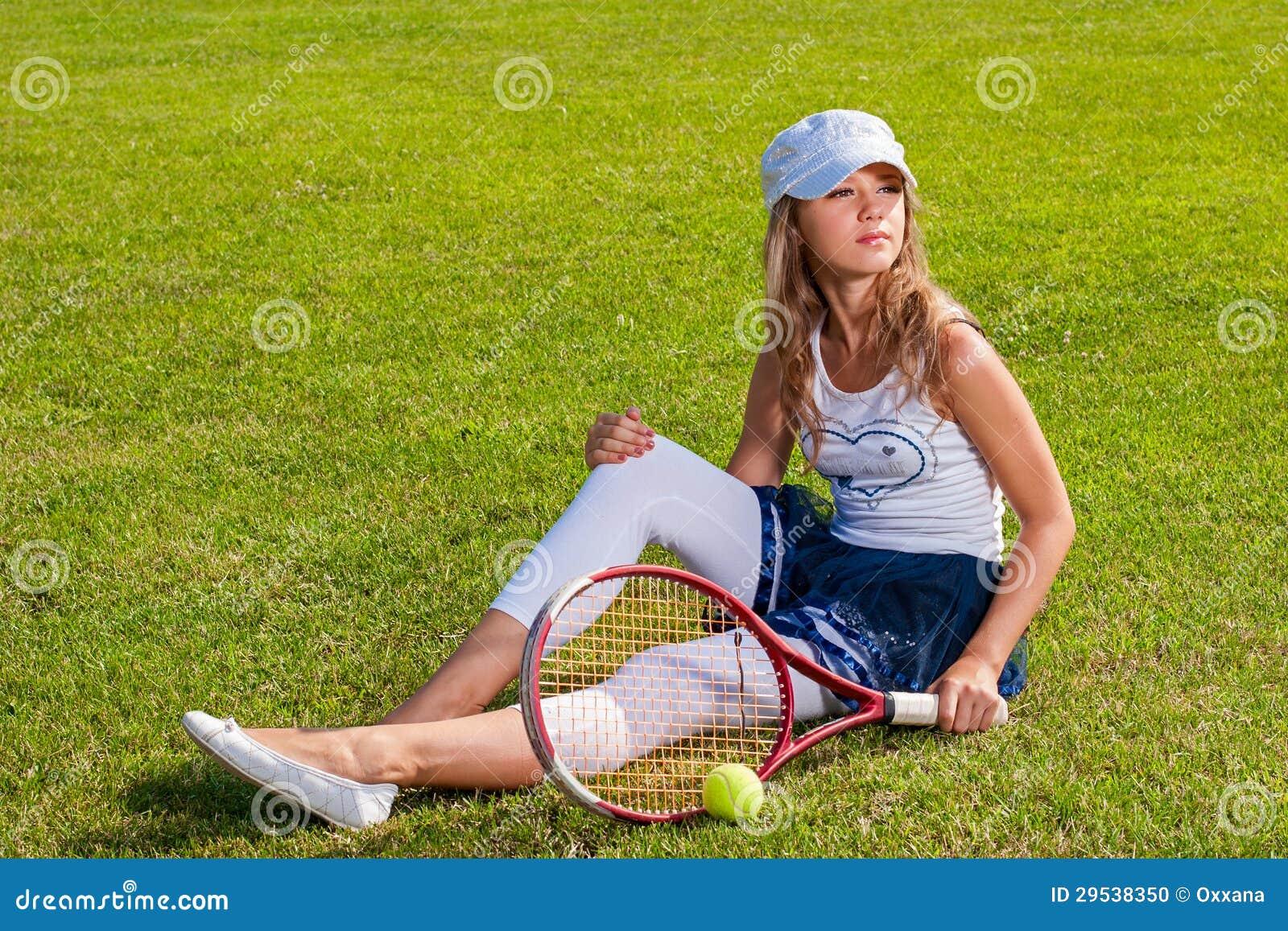 Menina que senta-se na corte