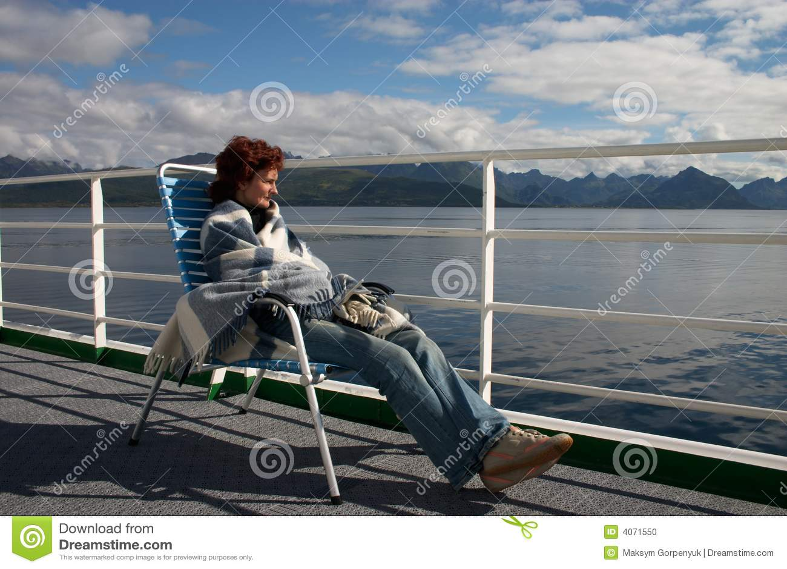 Menina que senta-se na plataforma do forro do cruzeiro