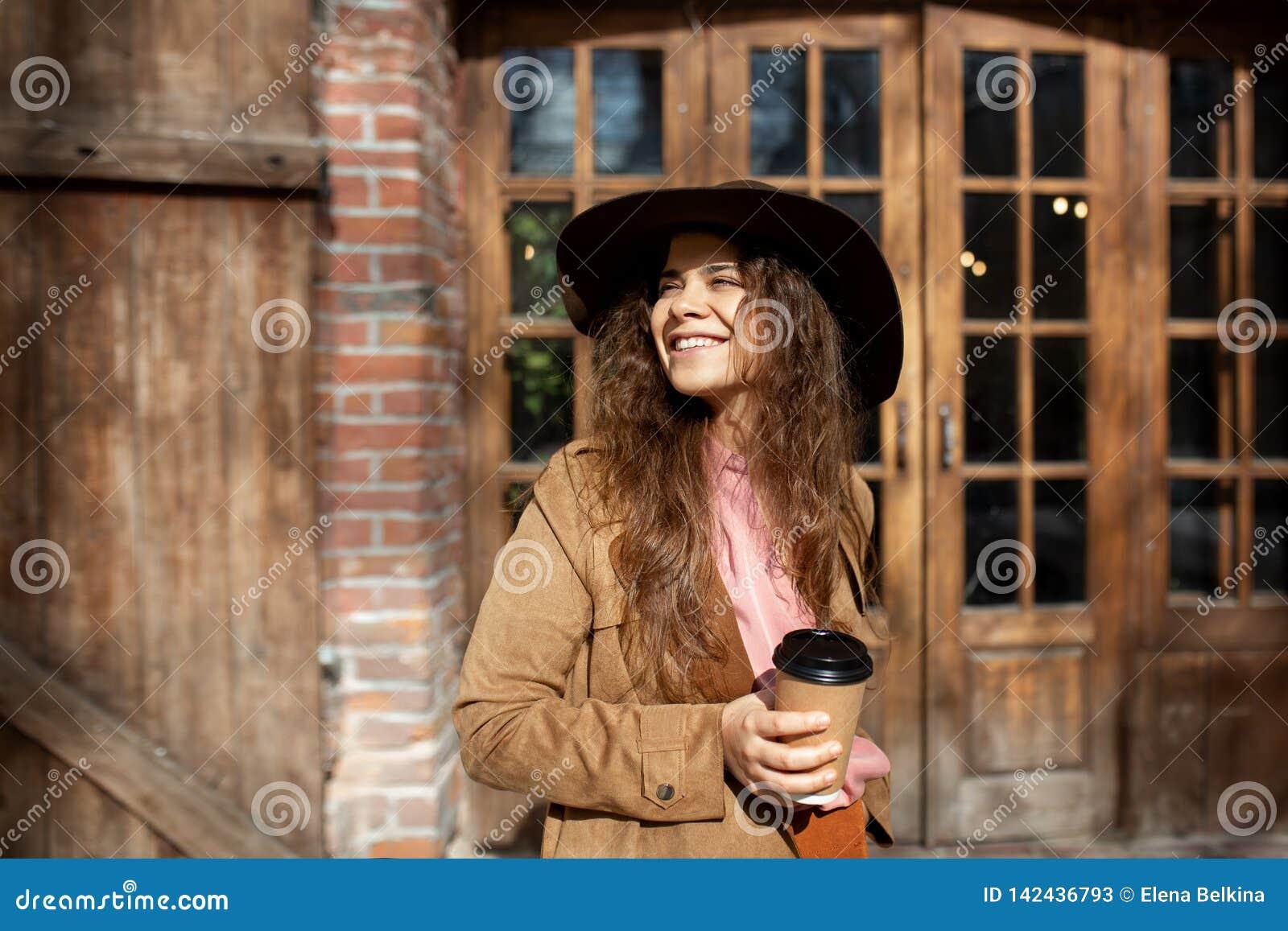 Menina que sorri na construção