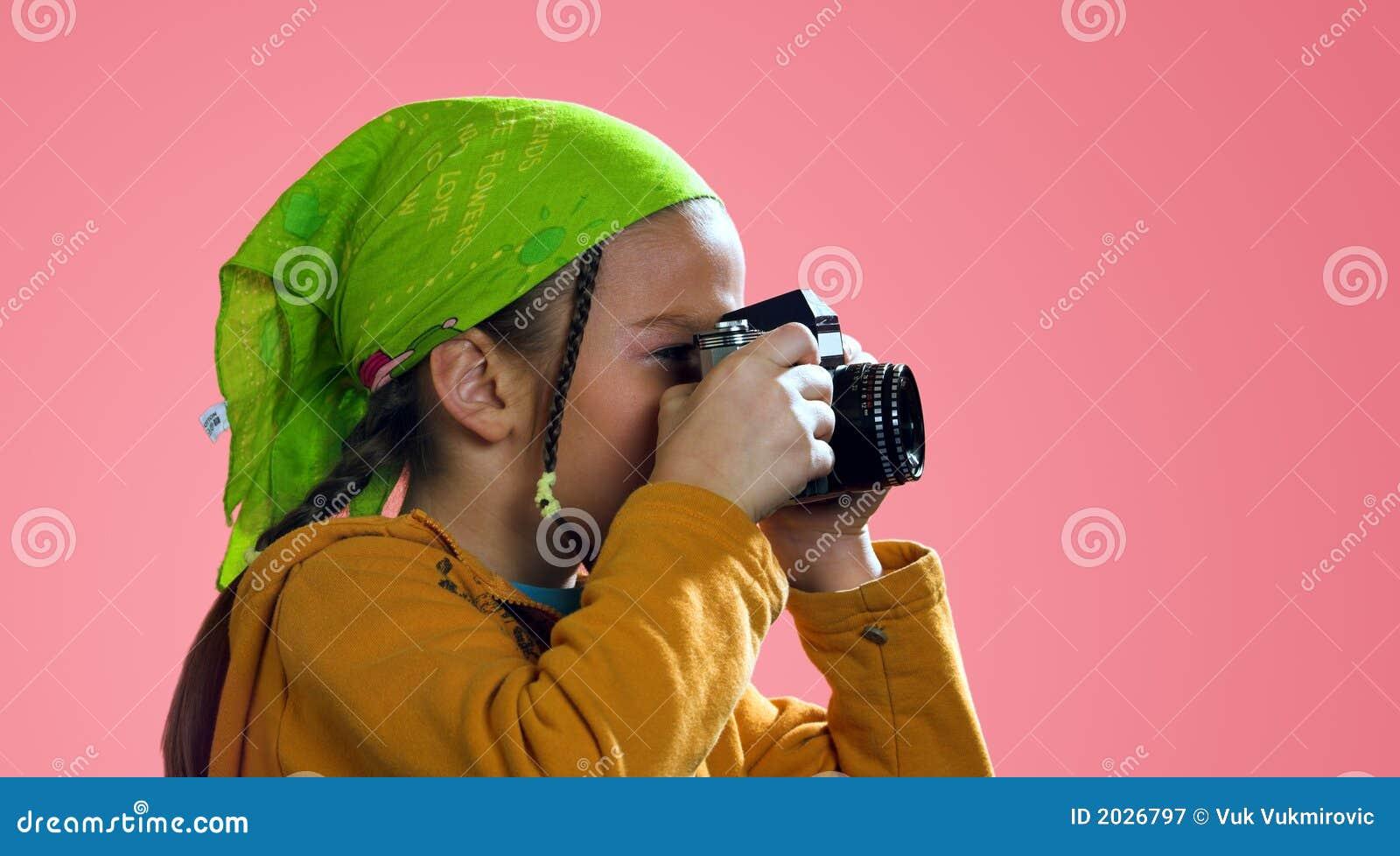 Menina que toma uma foto