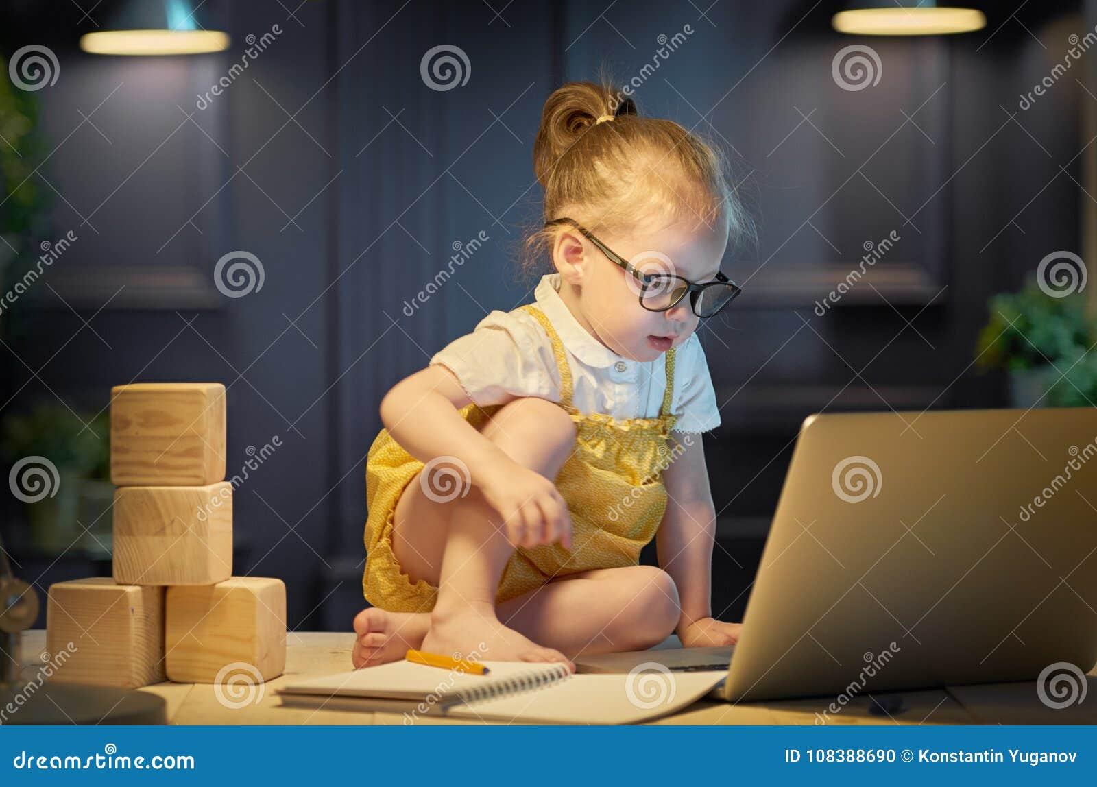 Menina que trabalha em um computador