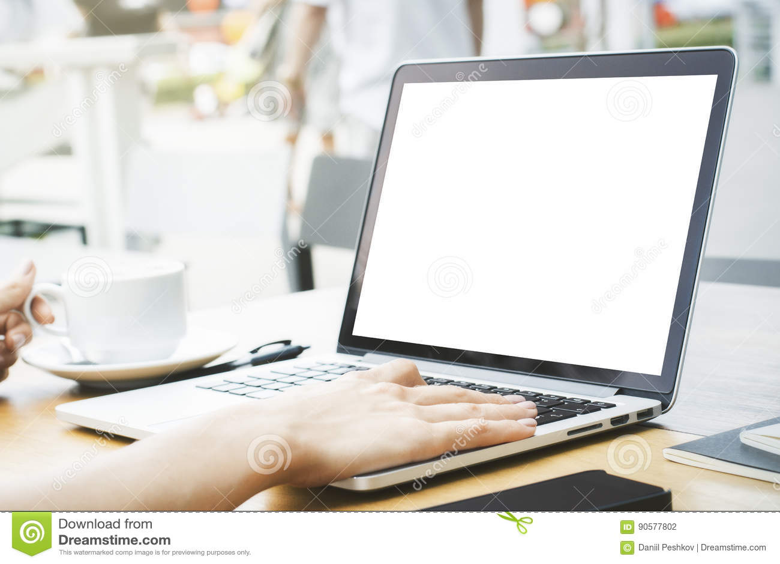Menina que usa o portátil branco