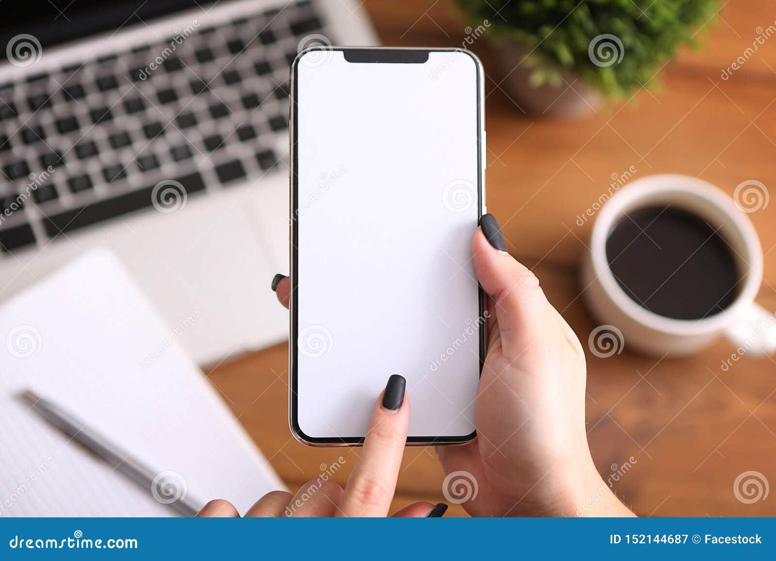 Menina que usa o smartphone no trabalho Tela branca
