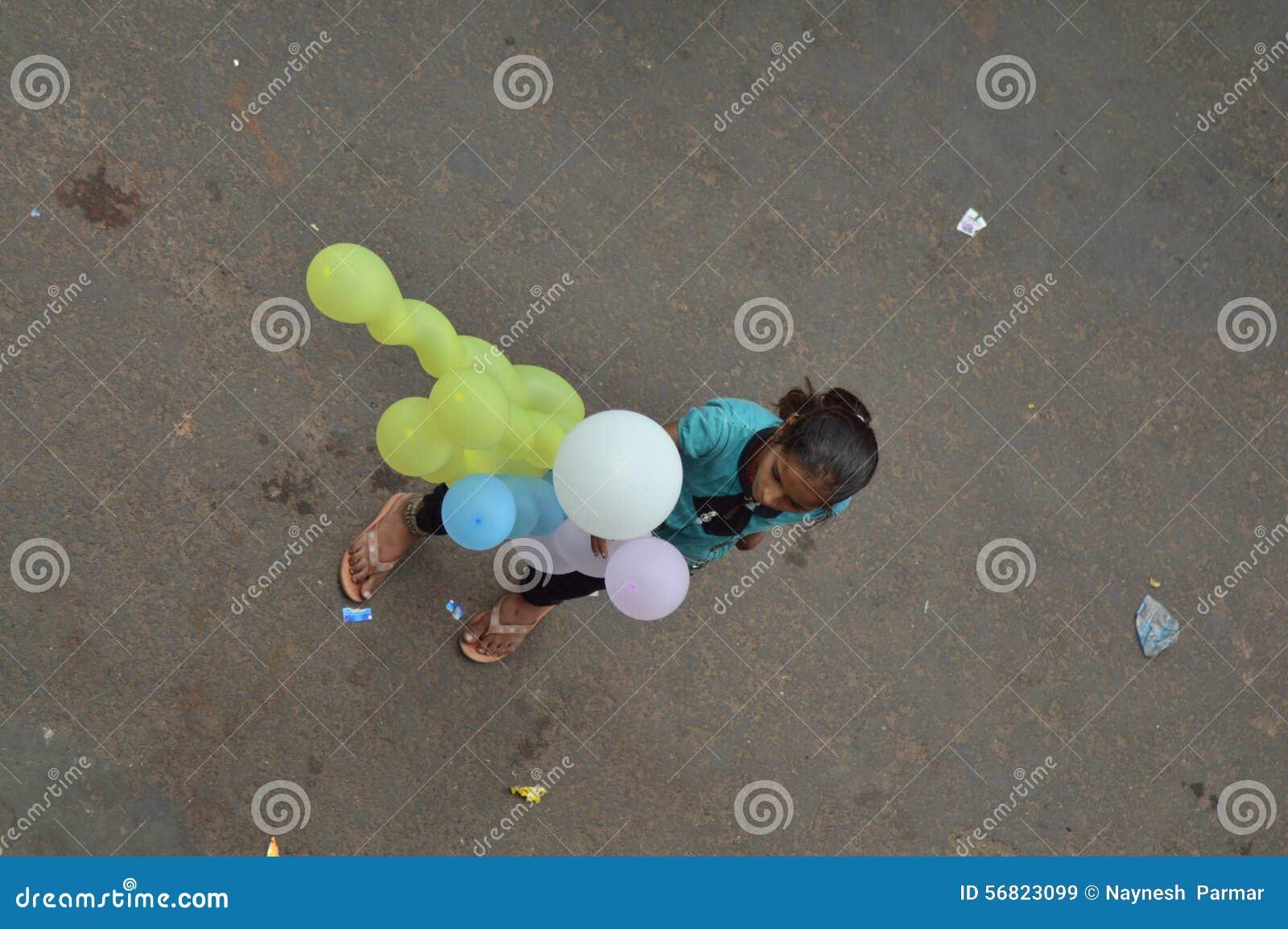 Menina que vende o balão na rua