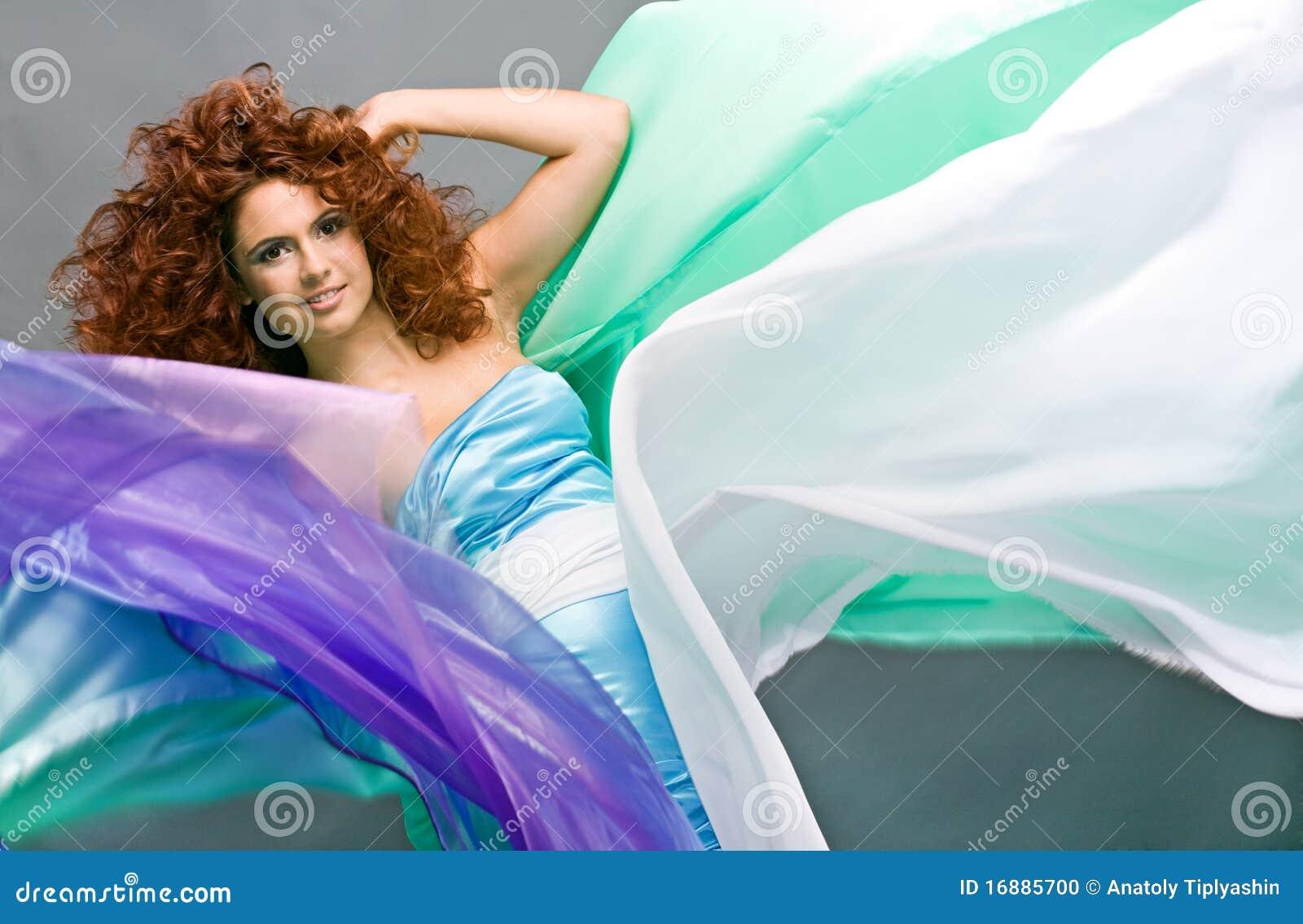Menina redheaded da beleza no vestido da forma