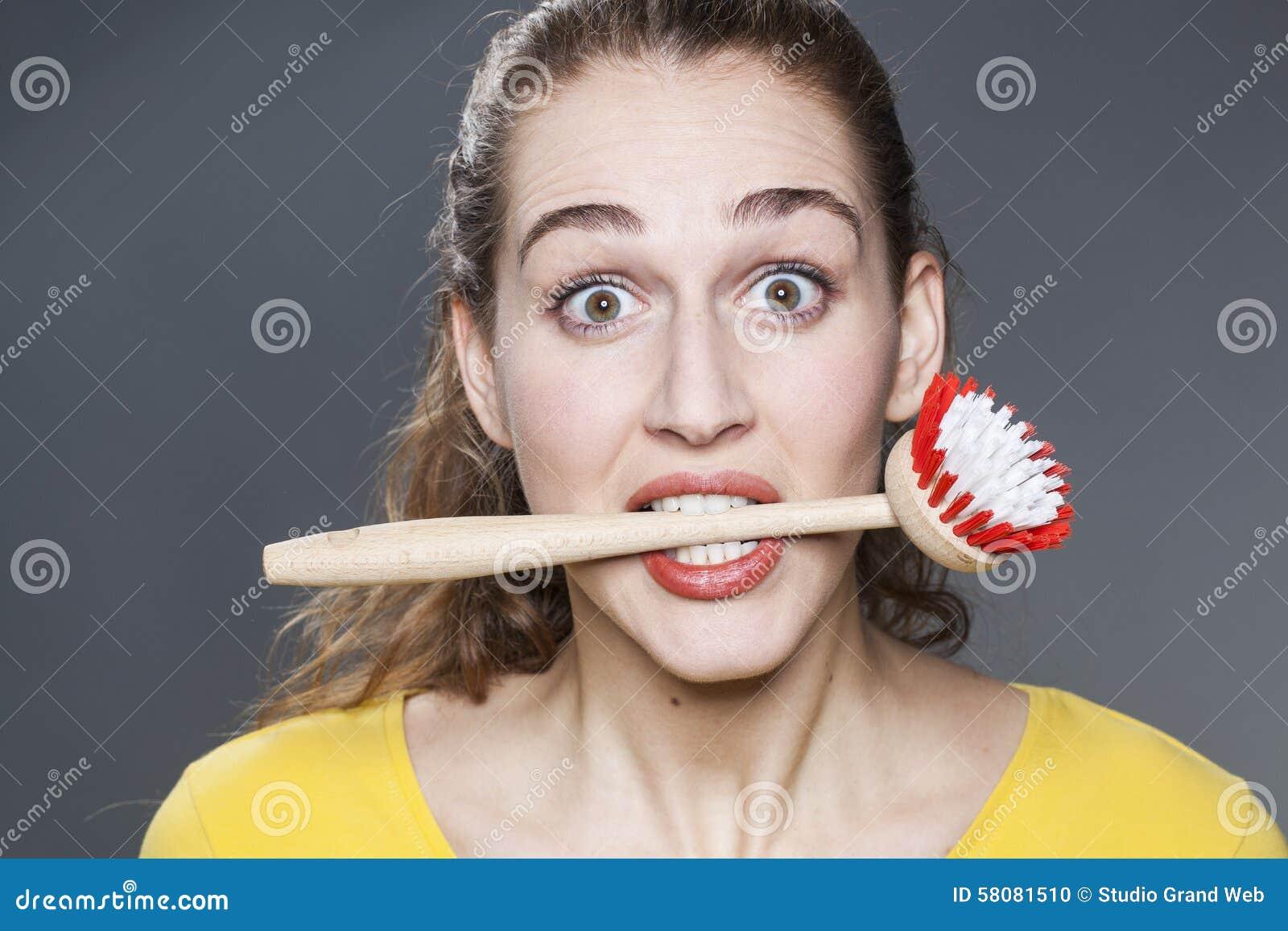 Menina 20s chocado apaixonado sobre pratos de lavagem e a casa limpa - menina-s-chocado-apaixonado-sobre-pratos-de-lavagem-e-casa-limpa-58081510