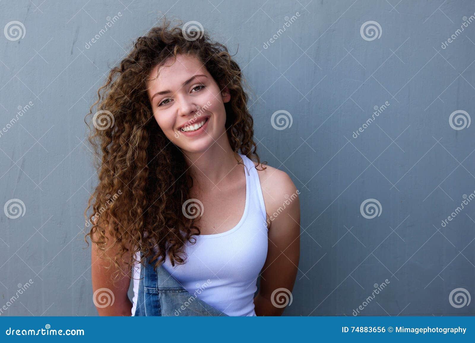 Menina segura do jovem adolescente que sorri nos macacões
