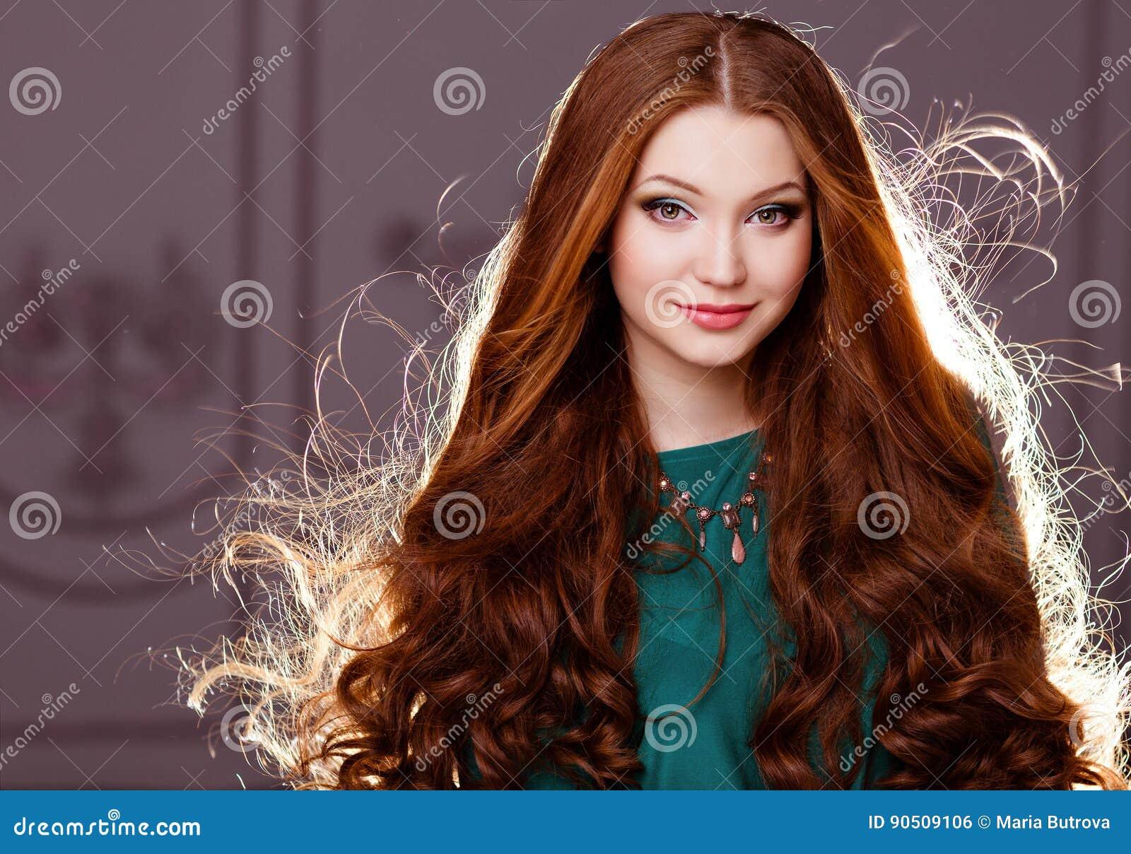 013f78a5b602 Menina Sensual Muito Agradável Com O Cabelo Vermelho Backlit Foto de ...