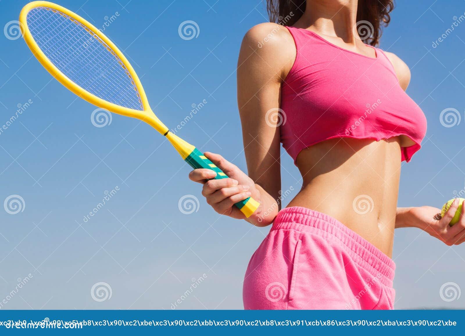 Menina  sexy  do tênis Jogador de tênis fêmea com raquete Conceito saudável do estilo de vida Raquete da terra arrendada da menin