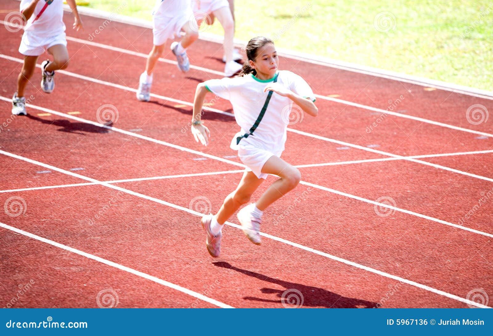 A menina sprints para a linha de revestimento.