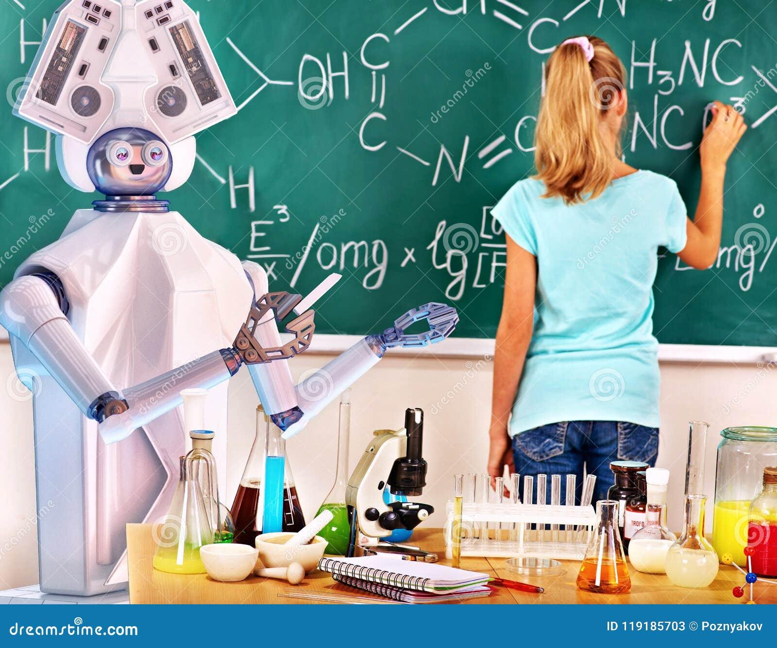 A menina tem o curso de aprendizagem em linha interativo da química e da biologia