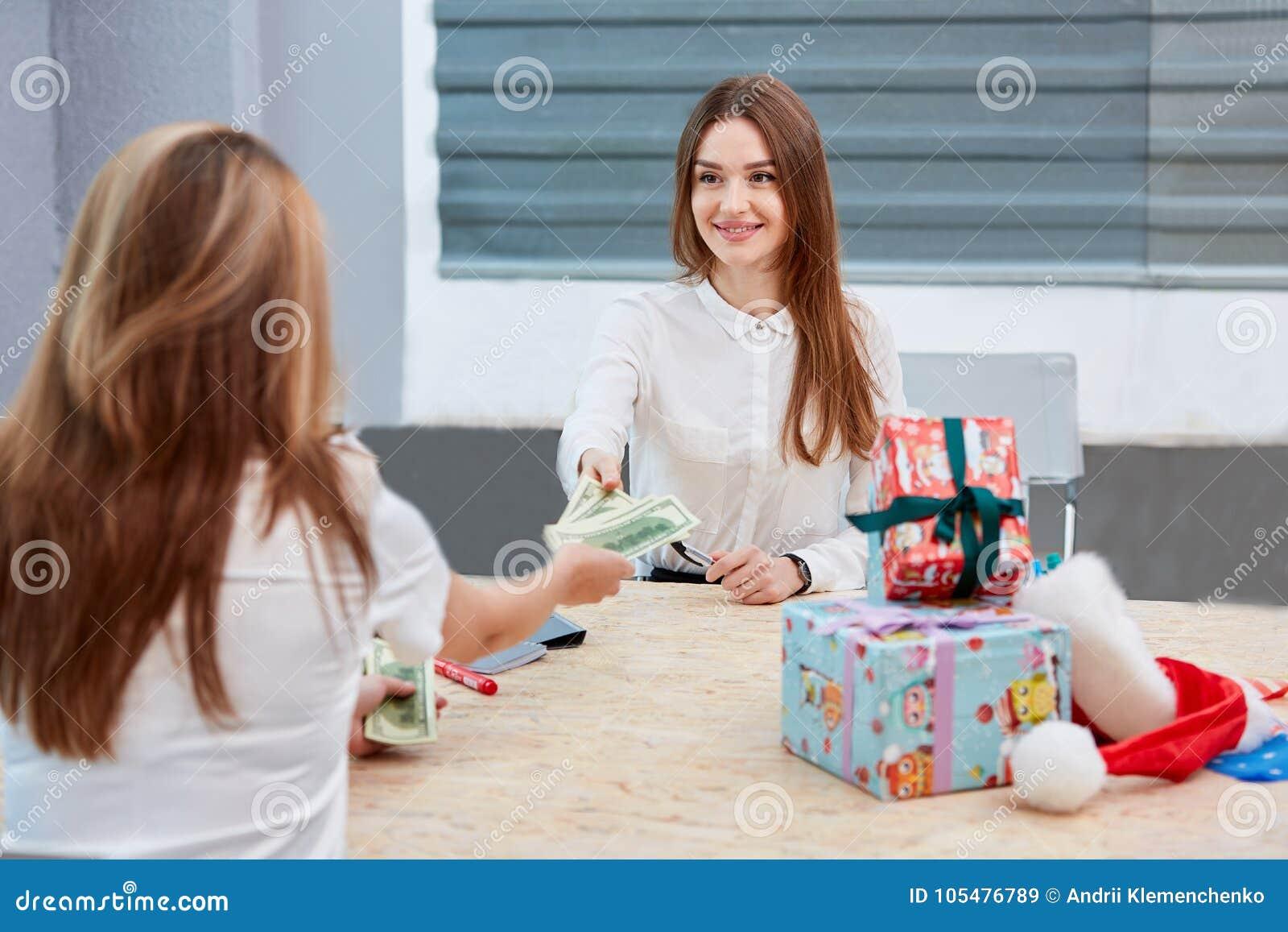 A menina transfere o dinheiro ao trabalhador de escritório