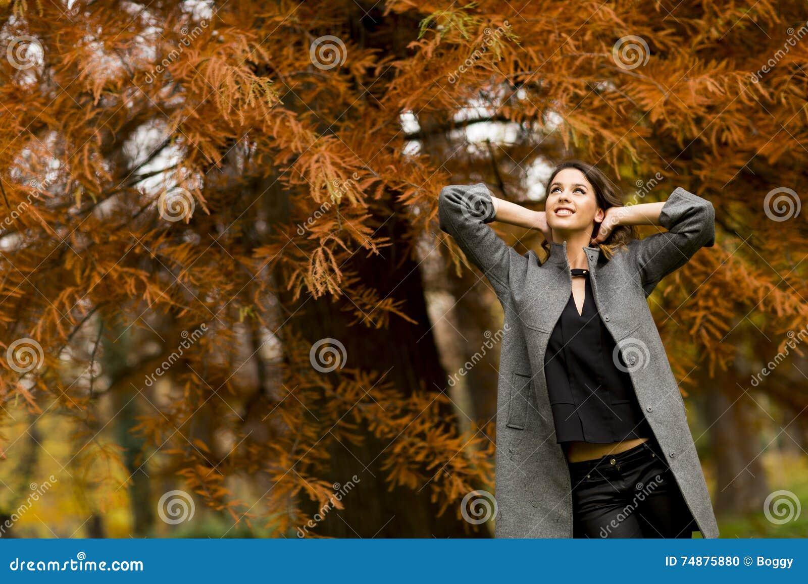 Menina triguenha e folhas douradas