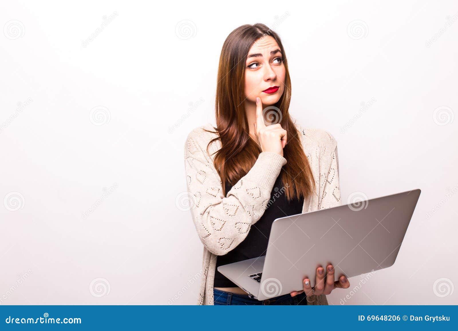 Menina triste e preocupada que trabalha com um portátil