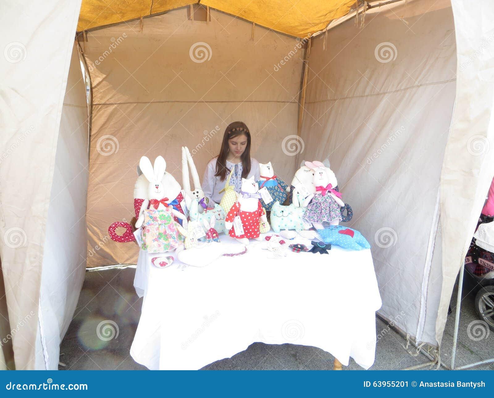 A menina vende brinquedos caseiros