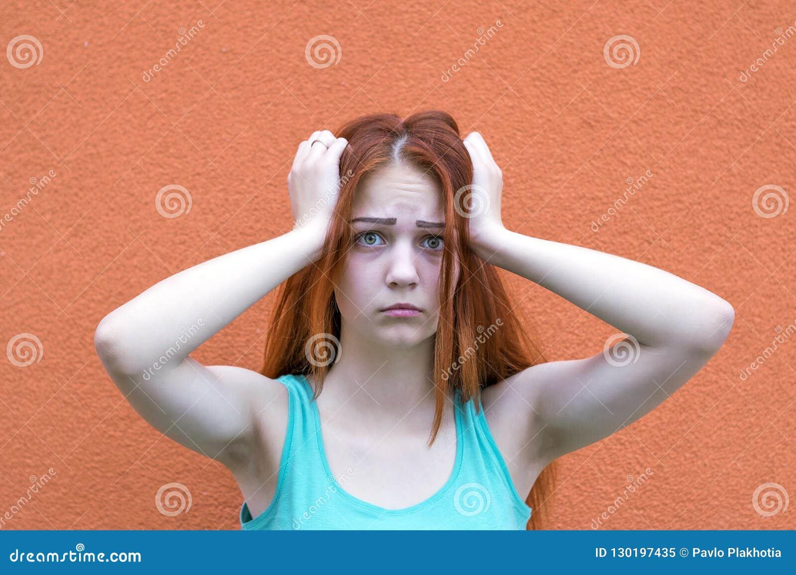 Menina vermelha surpreendida do cabelo