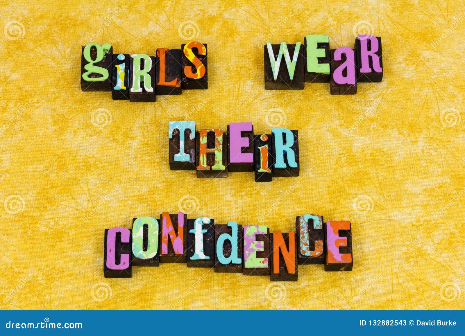 A menina veste o feminismo da educação da confiança