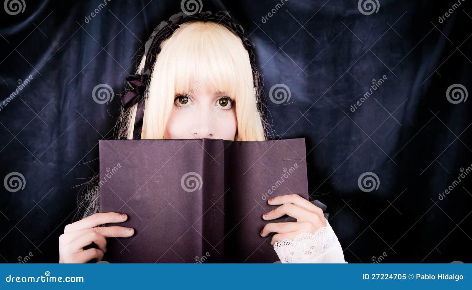Menina voctorian nova bonita que lê um livro