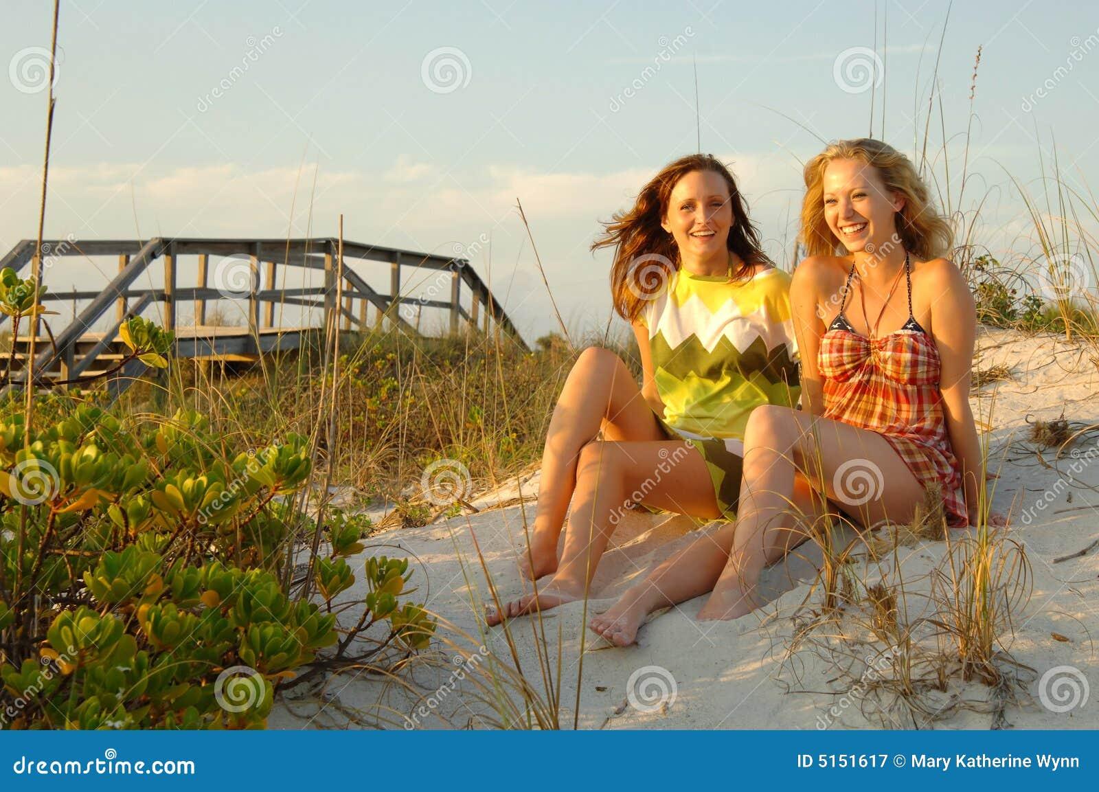 Meninas Adolescentes Na Praia Stock Images - 690
