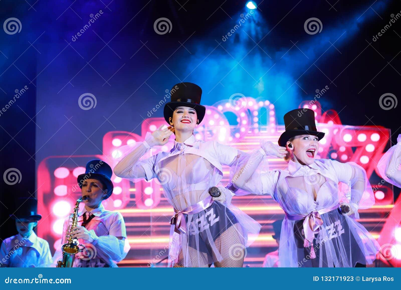 Meninas bonitas do jazz ucraniano da liberdade da faixa de Kiev para executar no festival da taberna em Dnepropetrovsk na luz ver