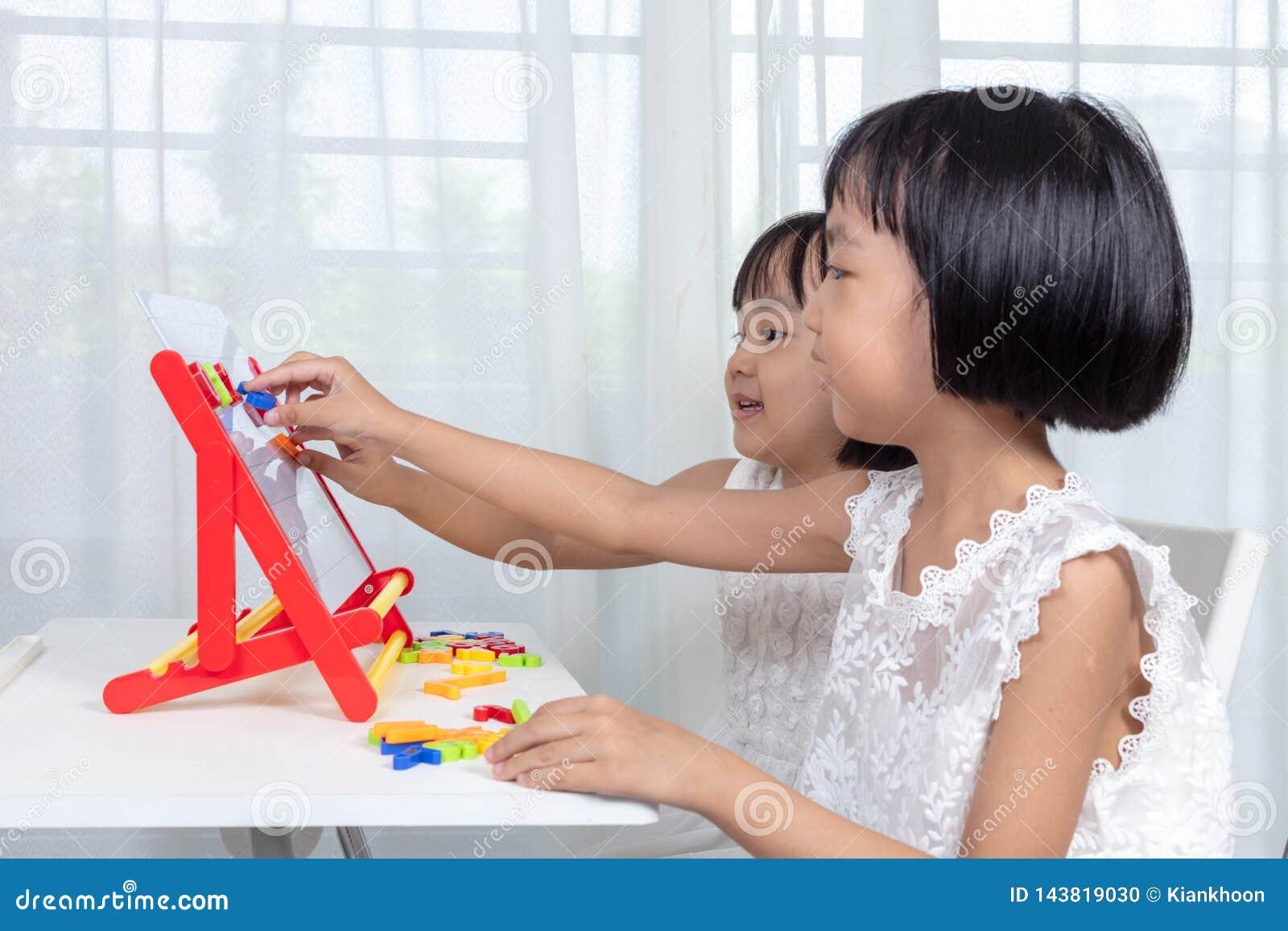 Meninas chinesas asiáticas que jogam brinquedos