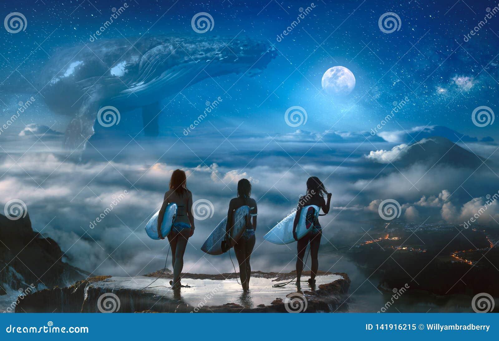 Meninas do surfista que estão acima das nuvens que olham o sonho da fantasia