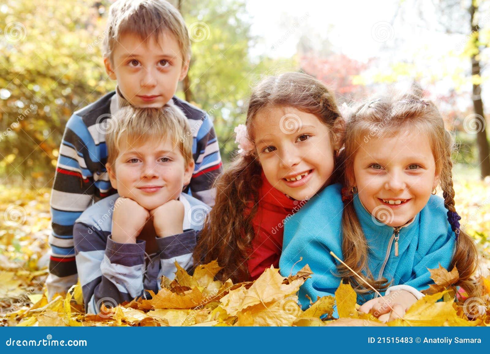 Meninas e meninos no parque outonal