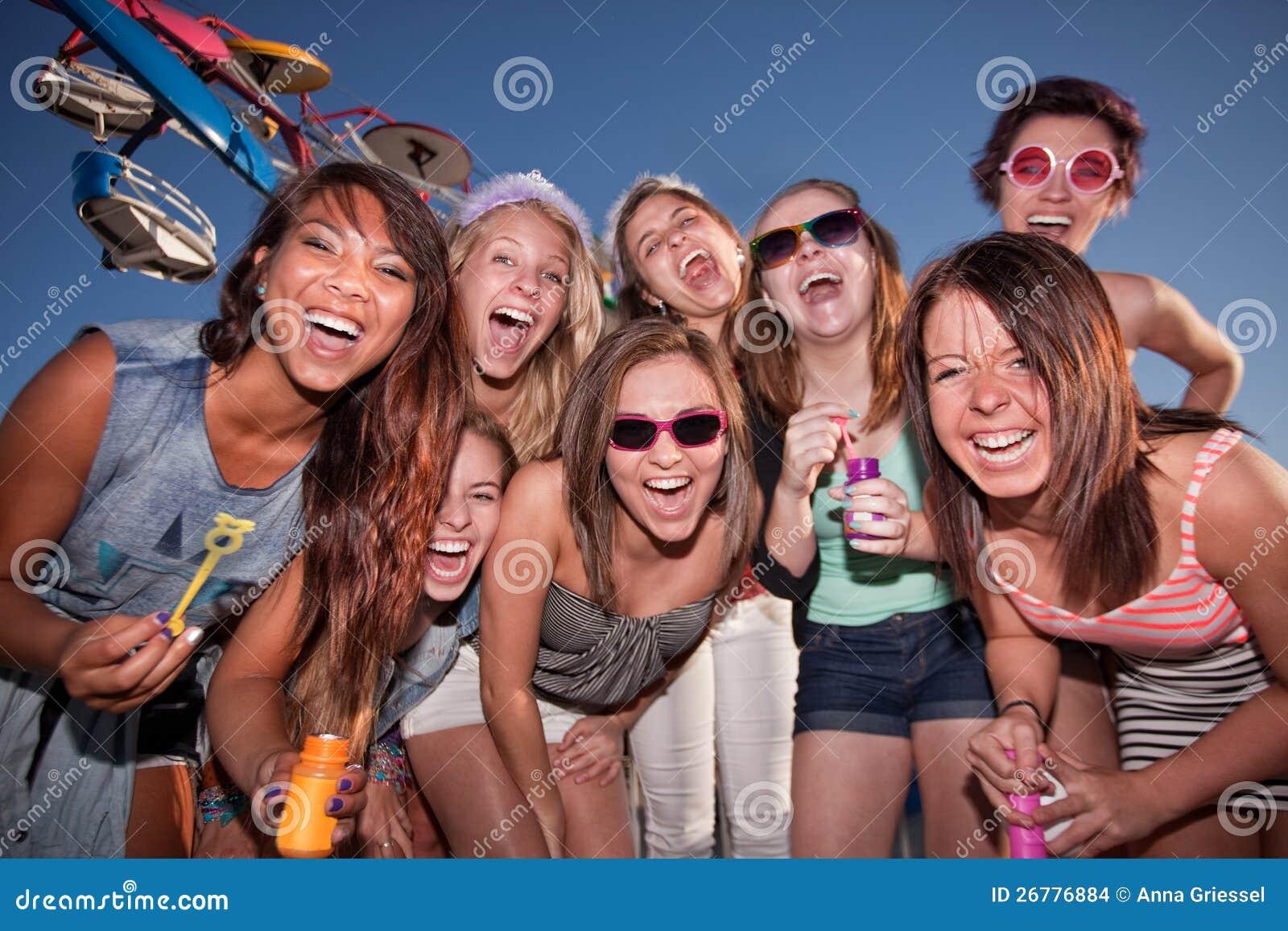 Meninas felizes no carnaval com bolhas