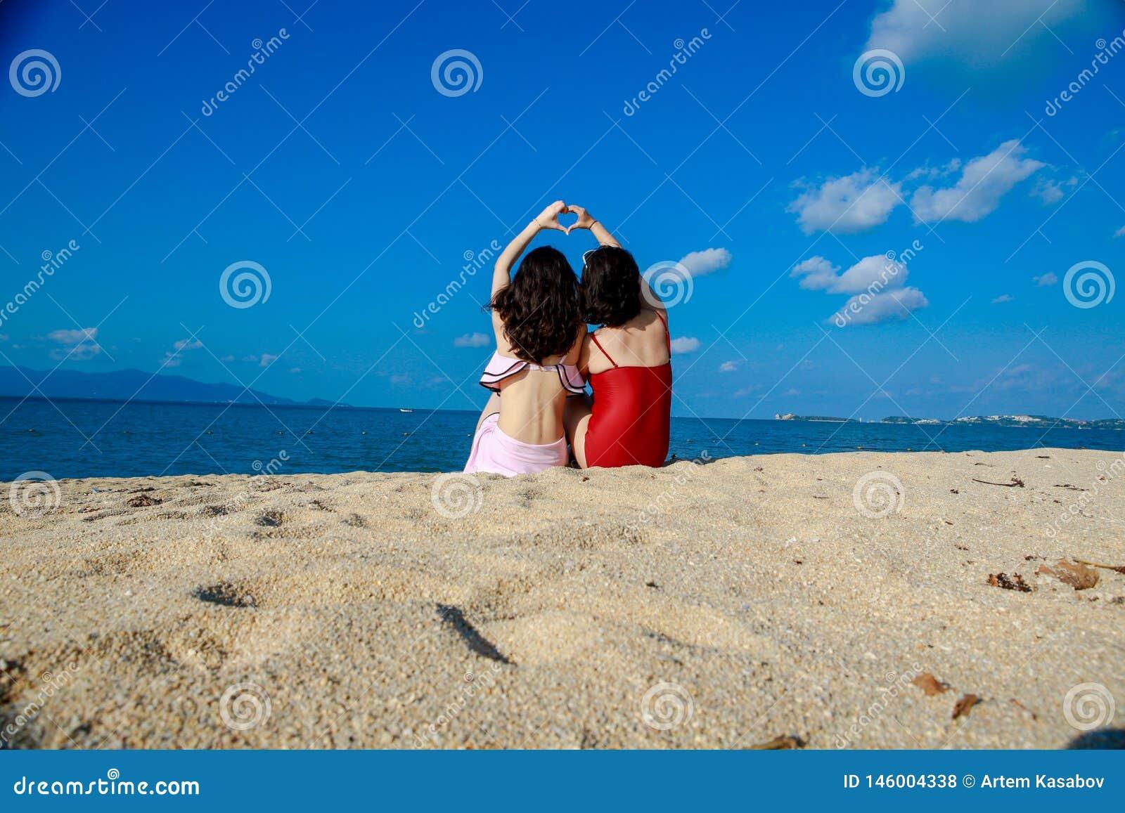 Meninas felizes no praia-bom amigo