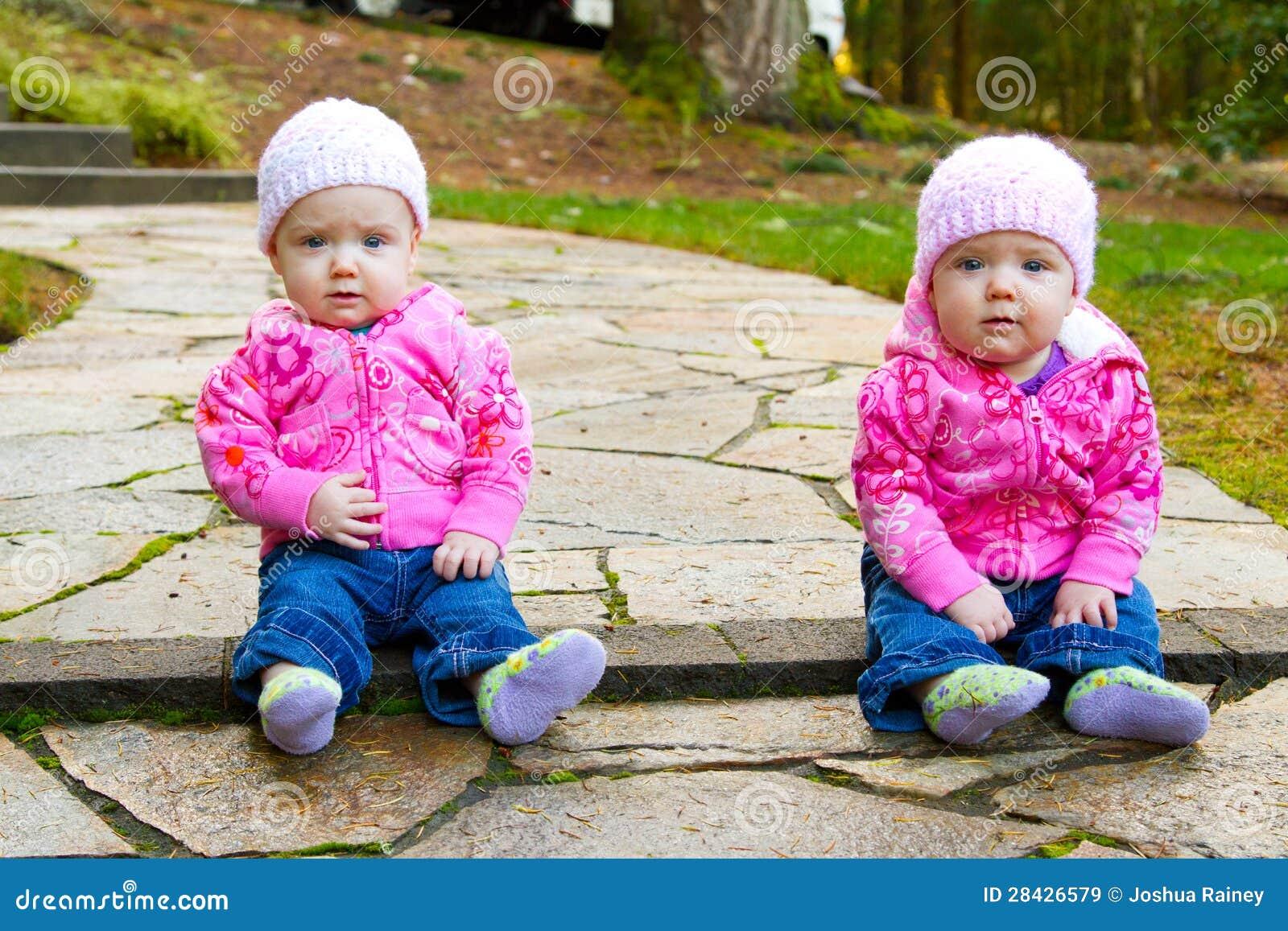 family of 3 photo poses ideas - Meninas Gêmeas No Rosa Imagens de Stock Royalty Free
