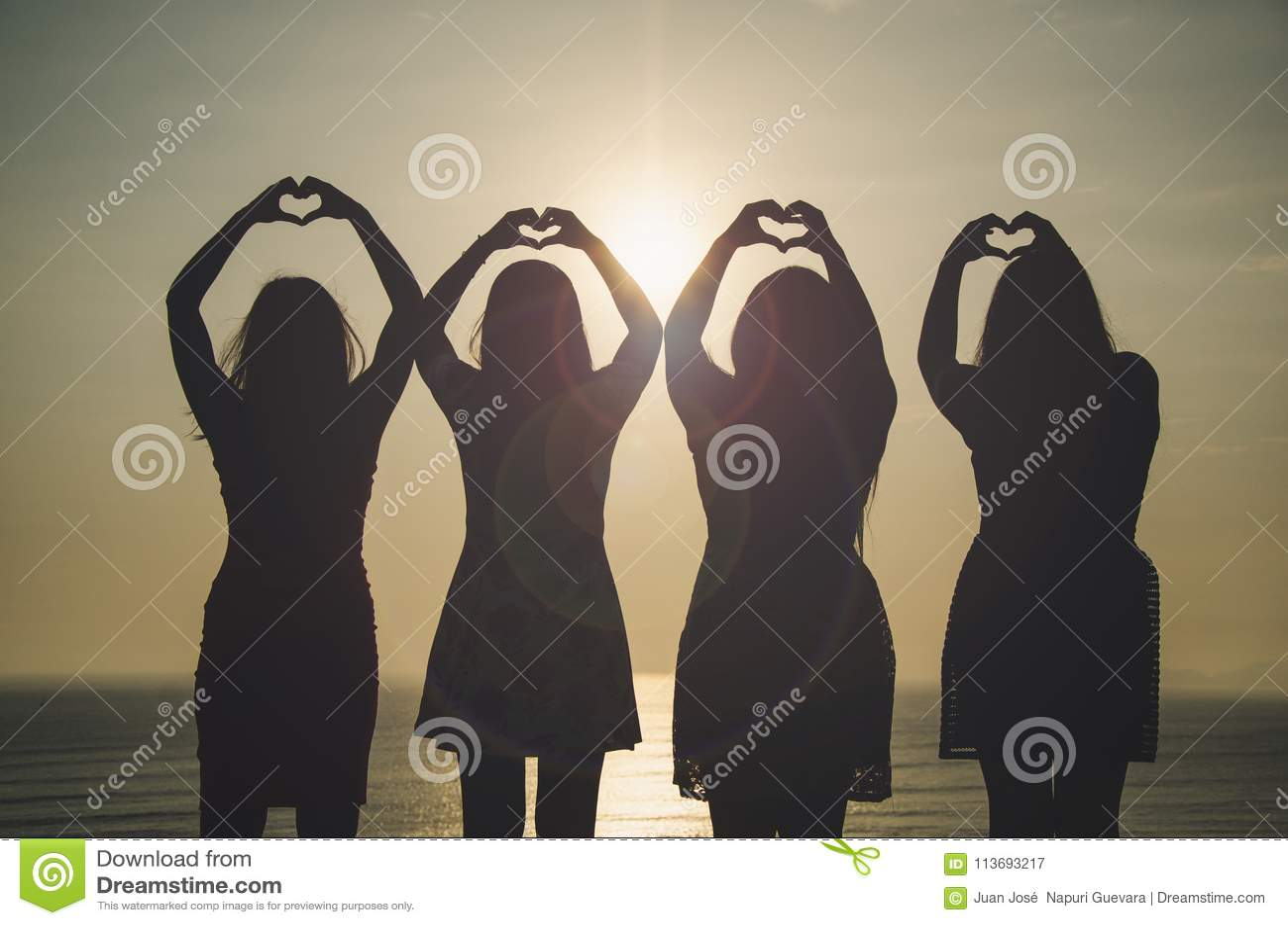 Meninas na frente do por do sol
