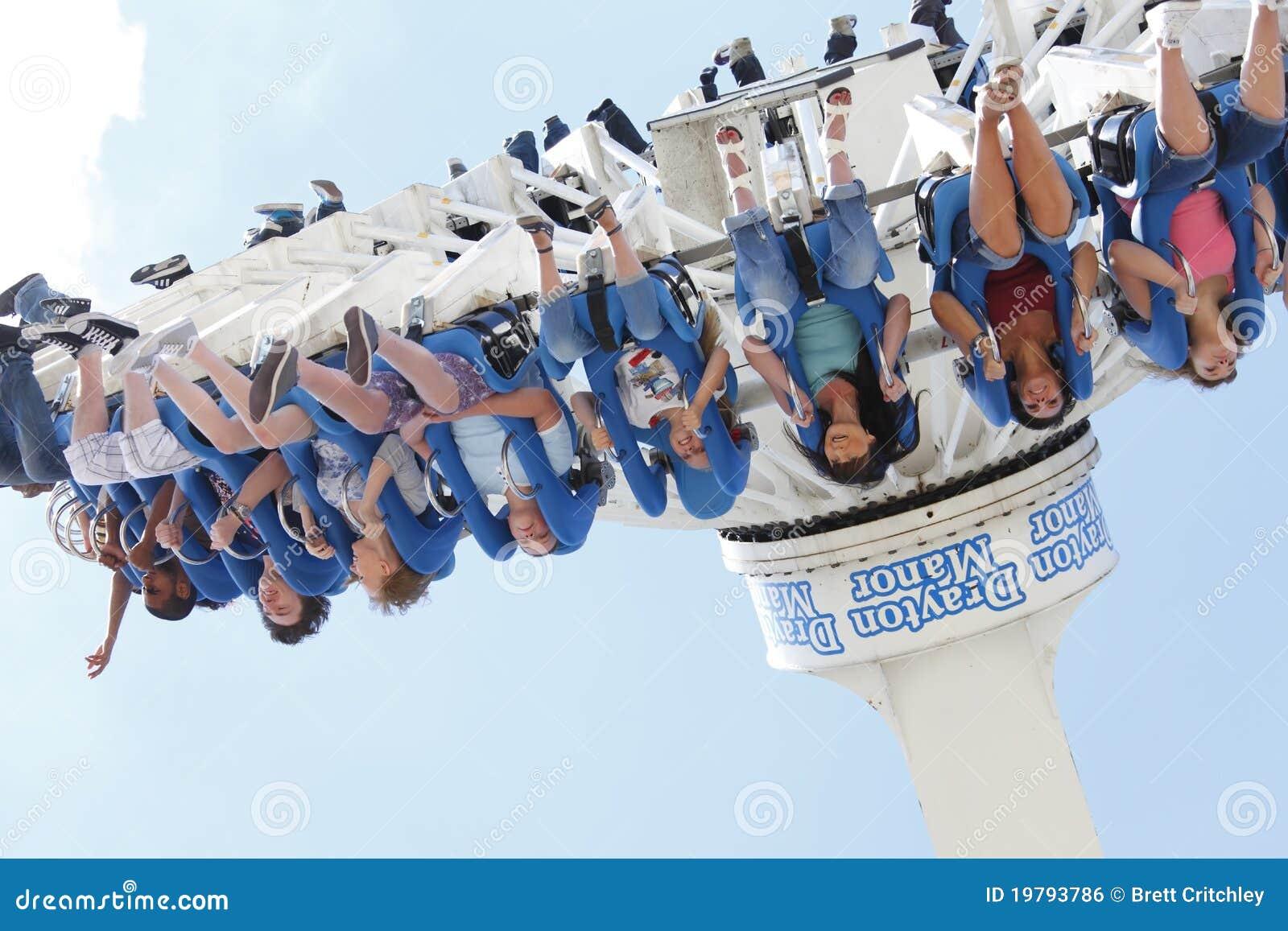 Meninas no passeio do funfair do parque temático