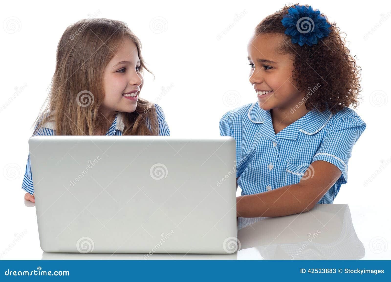 Meninas que aprendem no portátil
