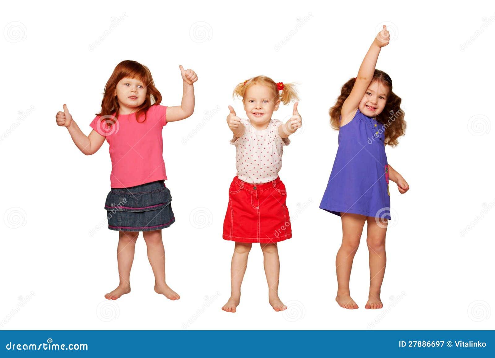 Meninas que mostram os polegares, sinal APROVADO