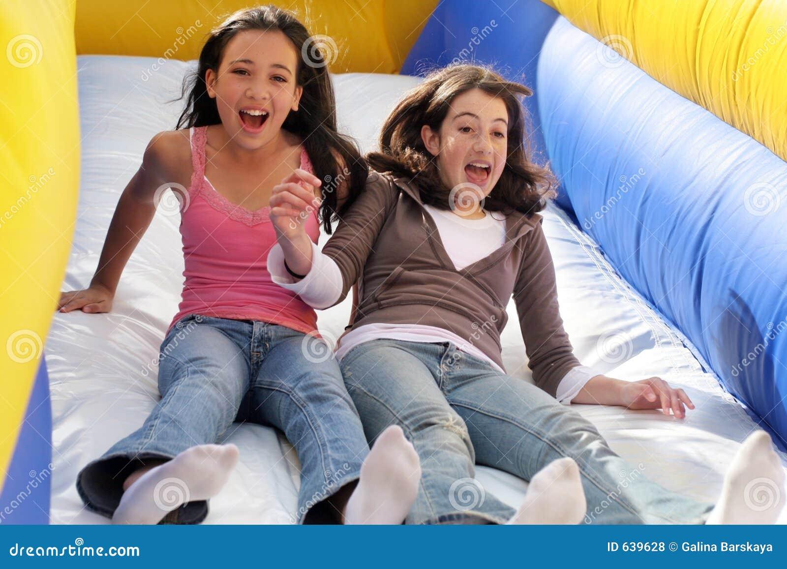 Meninas que têm o divertimento
