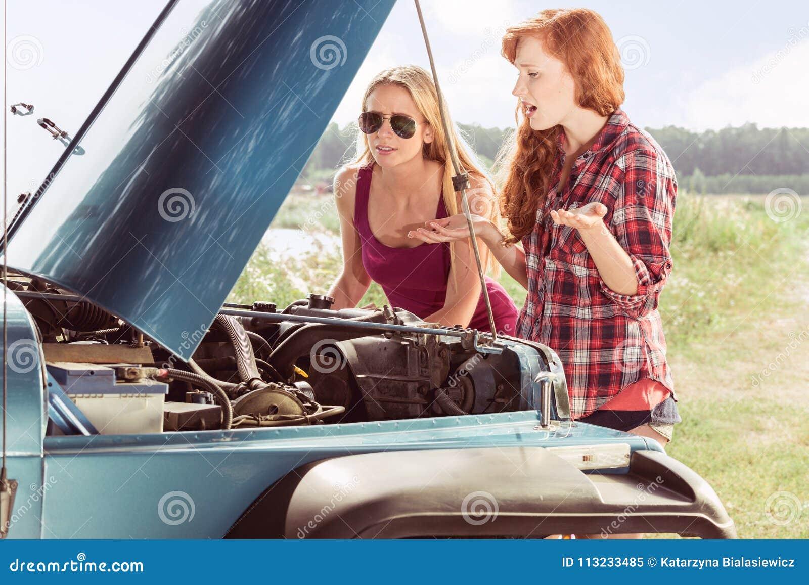 Meninas que vêm através da divisão do carro