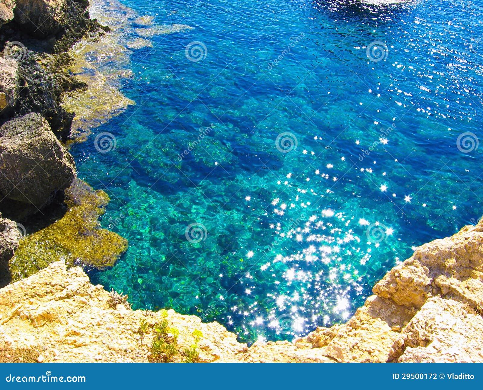 Mening aan een rotsachtige mooie kust
