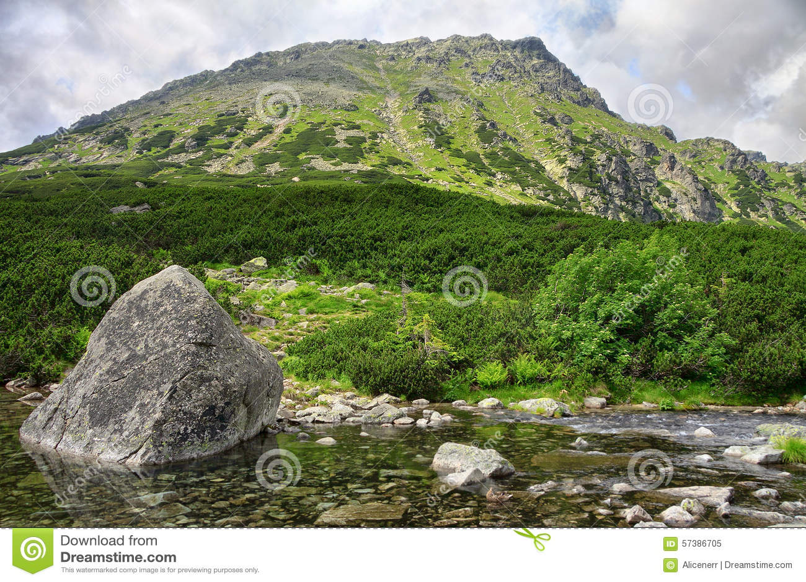 Mening aan groen onderstel en meer met massieve rotsen voor het