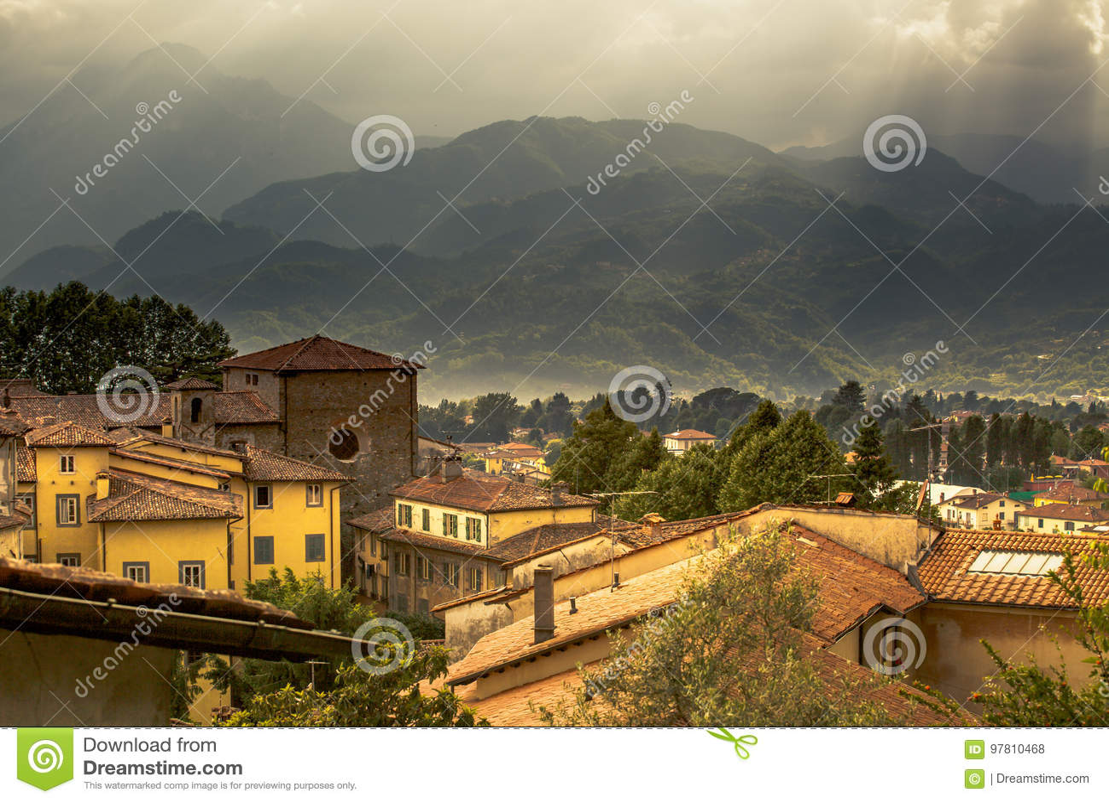 Mening aan Italiaans middeleeuws bergdorp Castelnuovo Di Garfagnana
