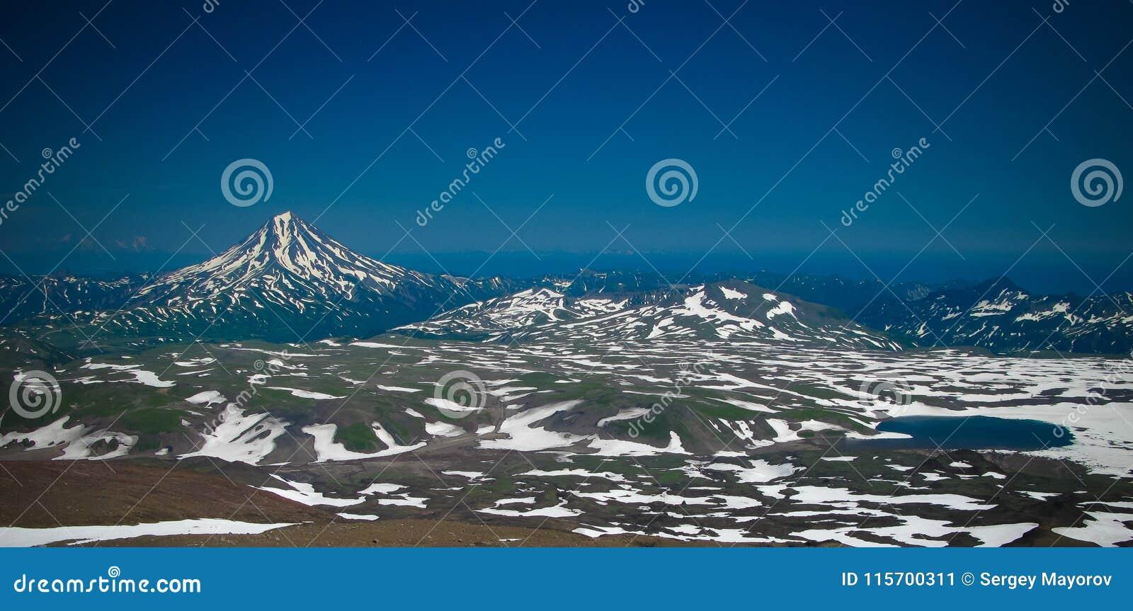 Mening aan Viluchinsky-vulkaan van de caldera van Mutnovsky, het schiereiland van Kamchatka, Rusland