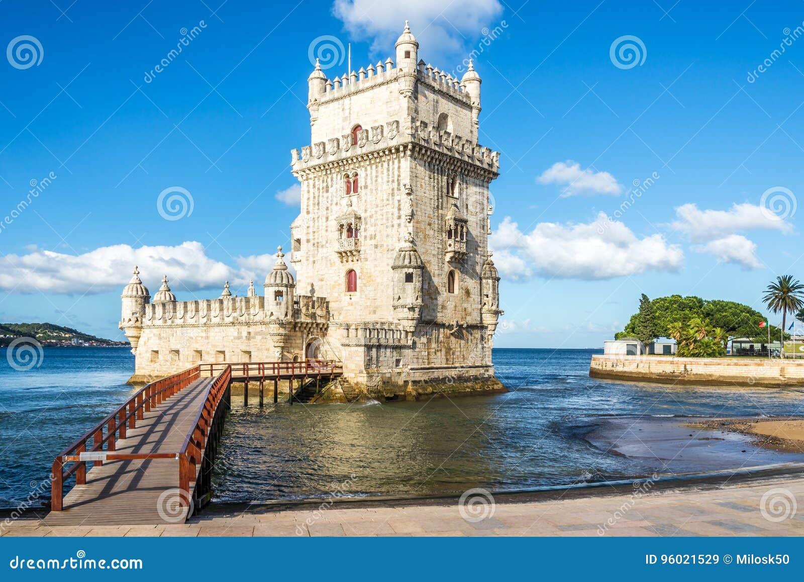 Mening bij de toren van Belem bij de bank van Tejo River in Lissabon, Portugal