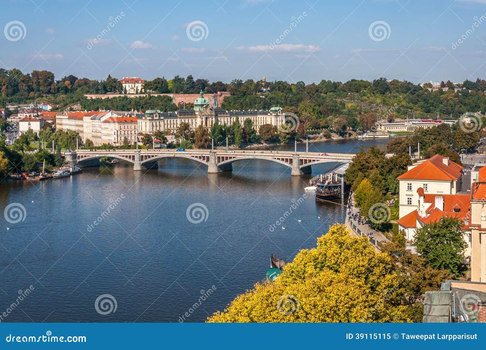 Mening bij Vltava-Rivier, manesuv de meeste brug