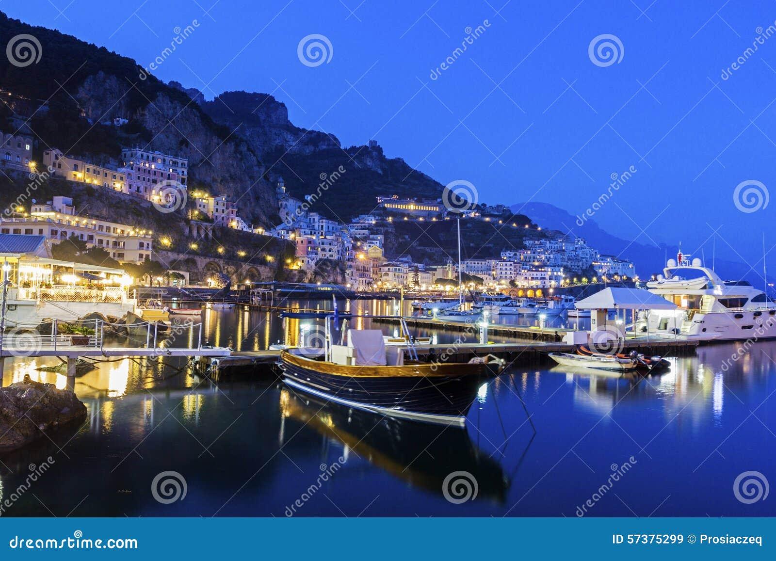 Mening over Amalfi in de avond, Italië