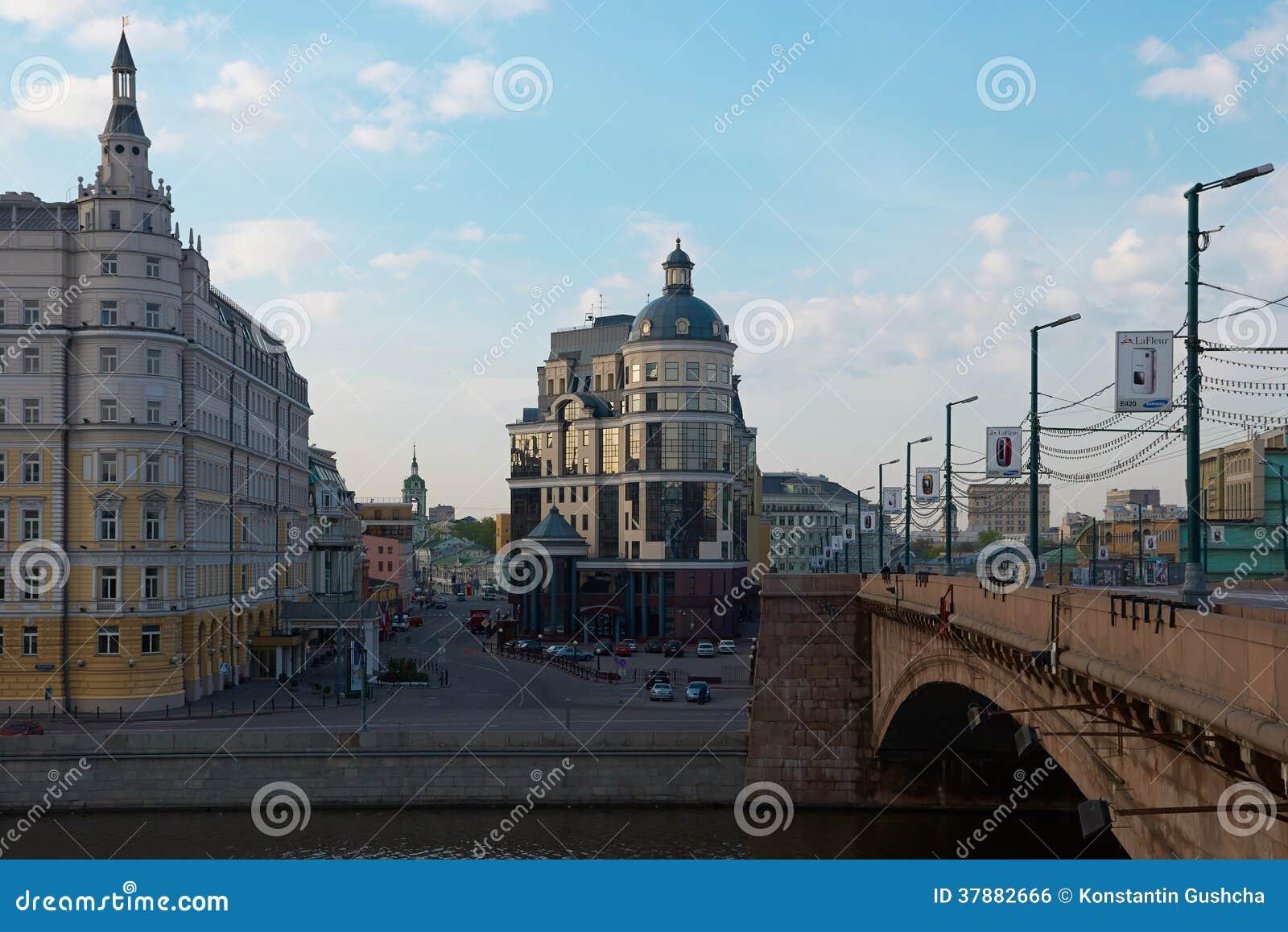 Mening over Balchug-straat in Moskou