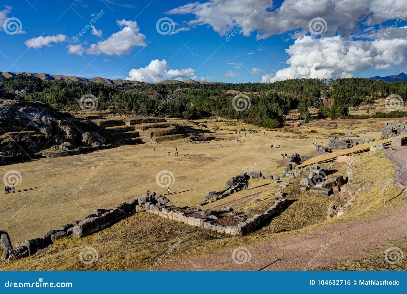 Download Mening Over Cusco Peru Met Blauwe Hemel En Wolken Stock Foto - Afbeelding bestaande uit plateau, hemel: 104632716