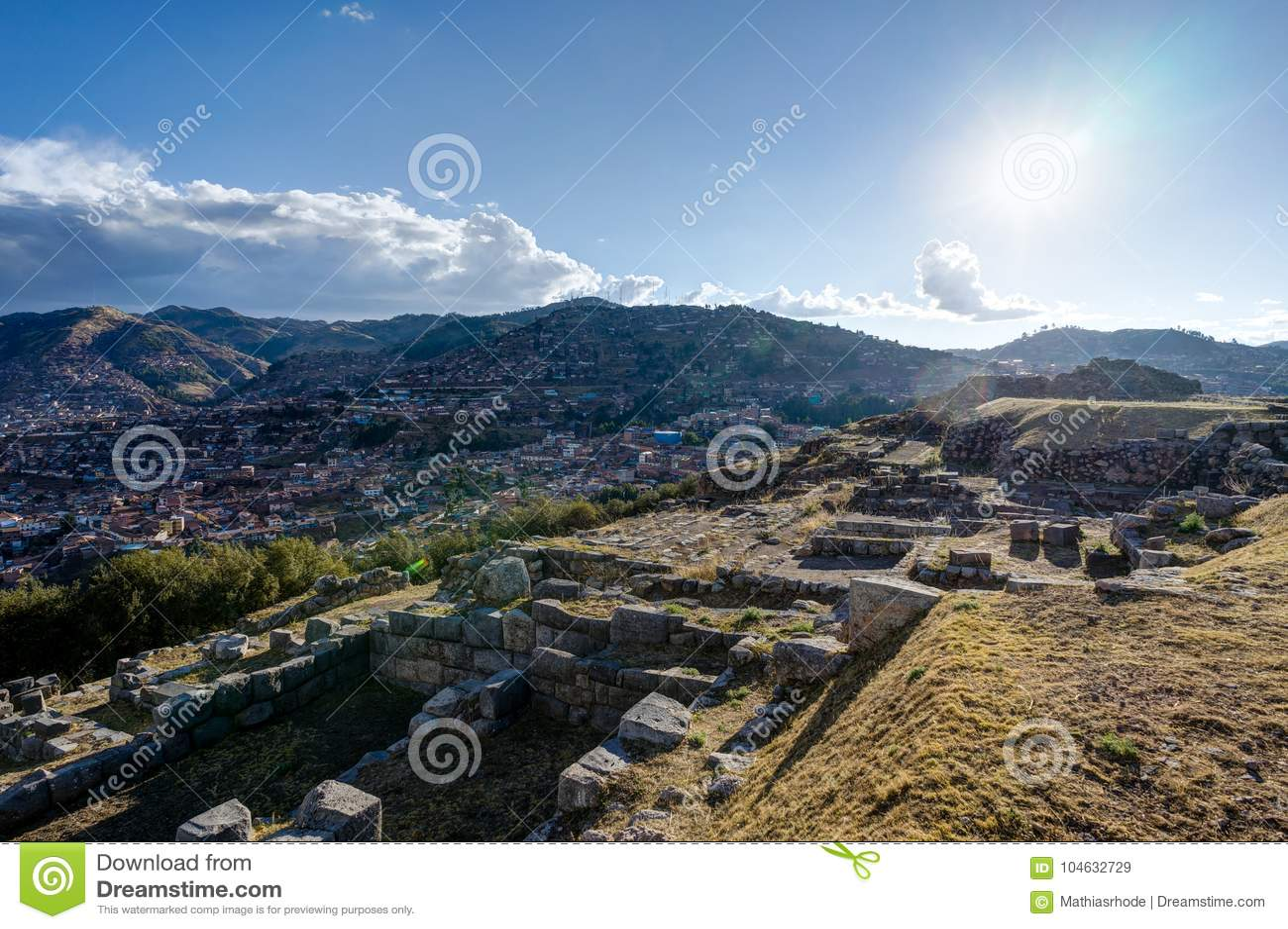 Download Mening Over Cusco Peru Met Blauwe Hemel En Wolken Stock Afbeelding - Afbeelding bestaande uit rots, heuvel: 104632729