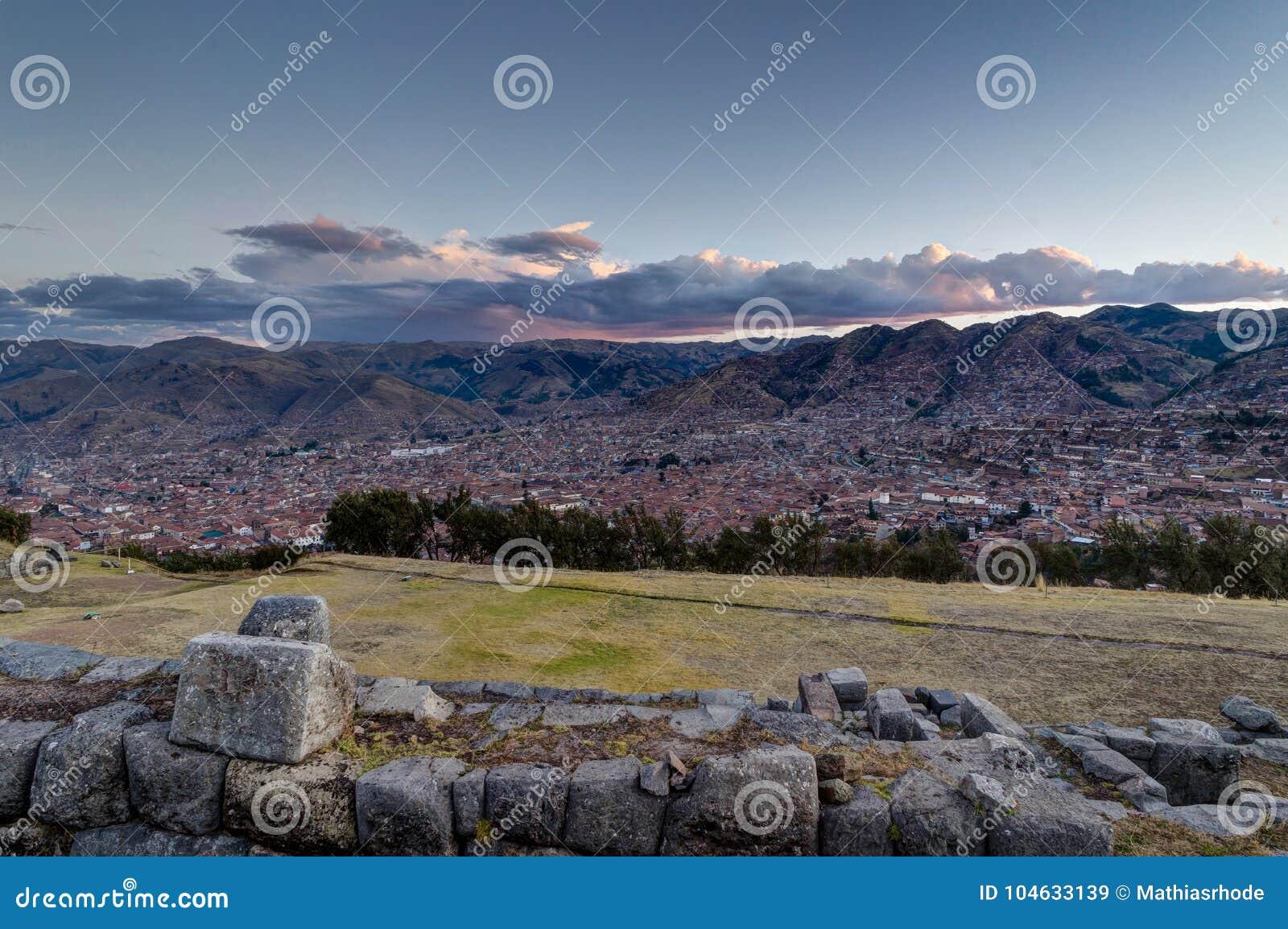 Download Mening Over Cusco Peru Tijdens Zonsondergang Stock Afbeelding - Afbeelding bestaande uit wolk, viel: 104633139