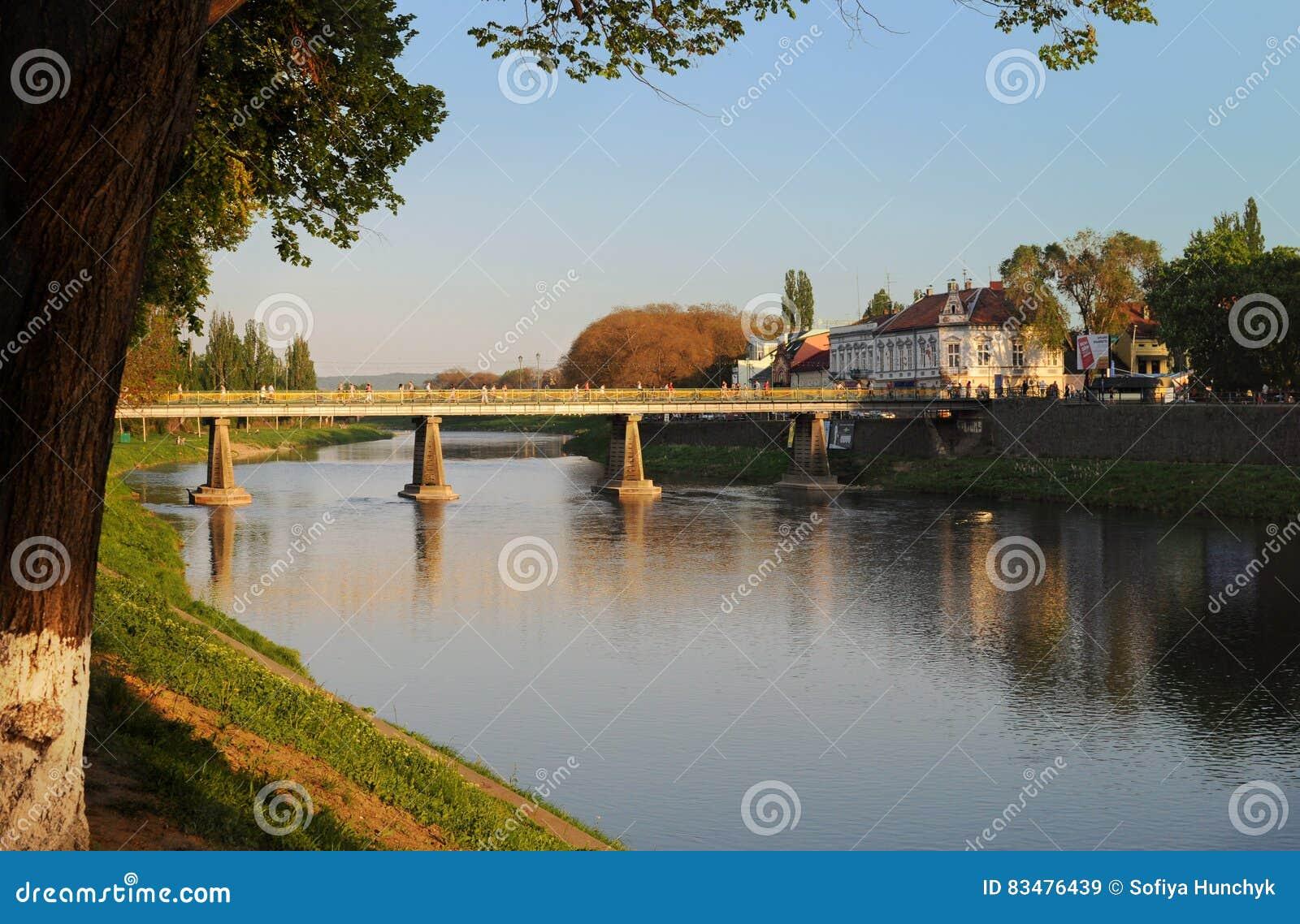Mening over de belangrijkste brug over de rivier Uzh